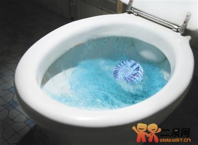 马桶水箱里放蓝色洁厕块会致癌?是事实还是谣言?