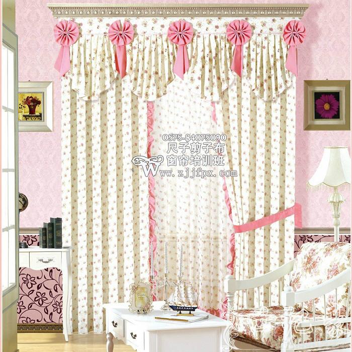 窗帘的色彩应比墙面深一些,如浅蓝色的墙面,窗帘可以用茶色,或者白底